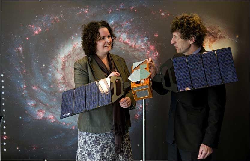 TITTER PÅ SATELLITTER: Nærings- og handelsminister Sylvia Brustad og direktør Bo N. Andersen ved Norsk romsenter foran en modell av satellittene som skal utgjøre navigasjonssystemet Galileo. Modellen er laget i forholdet 1:10. Foto: ROBERT S. EIK