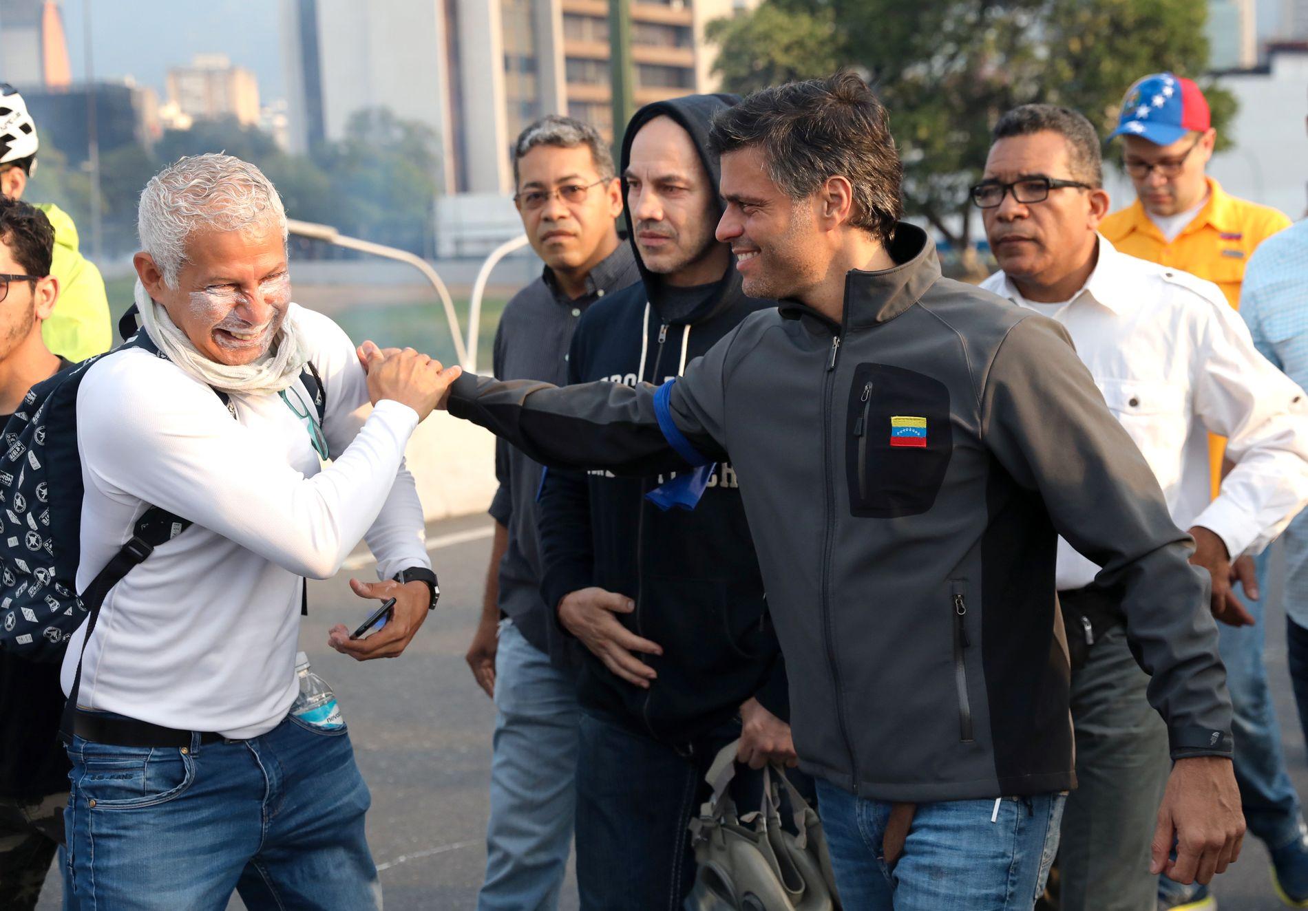 SPENT: Opposisjonsleder Leopoldo Lopez, som har sittet i husarrest siden 2017, er avbildet ved flybasen i hovedstaden Caracas.
