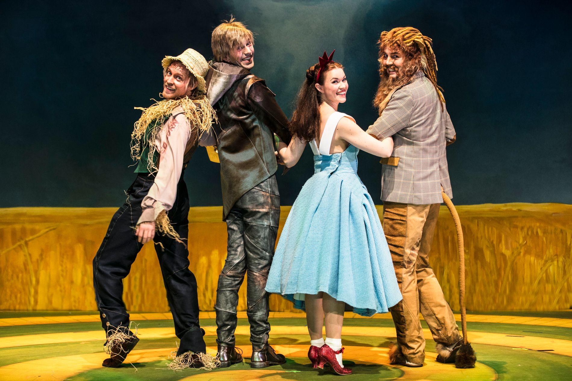 OVERBEVISER: Mari Lerberg Fossum viser sitt store talent som Dorothy i «Trollmannen fra Oz». Her med kompisene, løven, blikkboksmannen og fugleskremselet.
