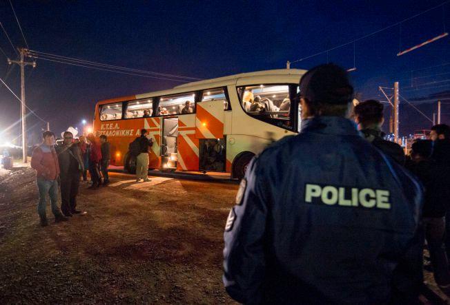 BUSSES TILBAKE: Her stanser drømmen om Nord-Europa for de flere hundre afghanerne som de siste dagene har ventet forgjeves på å krysse grensen fra Hellas til Makedonia. Nå blir de sendt tilbake til Athen, og en uviss skjebne.
