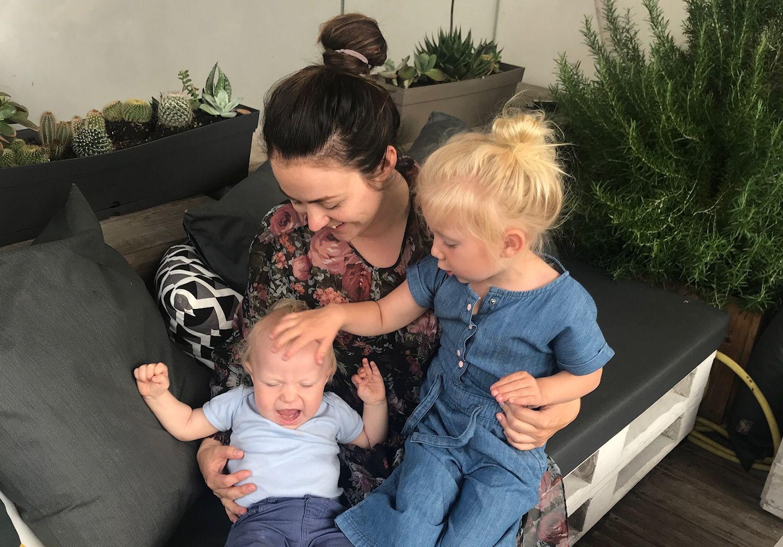 Hanssen sammen med barna Lina og Finn.