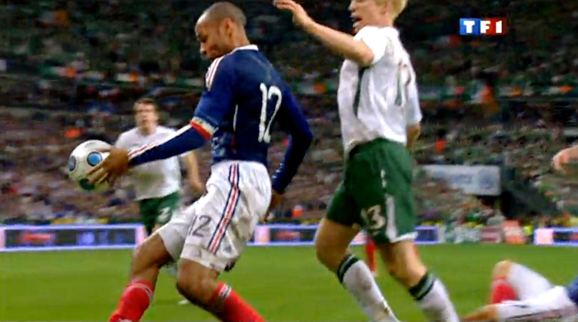 GLEMMES IKKE: Thierry Henry legger ballen til rette med venstrehånden, dommer Martin Hansson ser det ikke, og Frankrike går til Sør-Afrika-VM i 2010. I dag er det et slags revansjeoppgjør. Iren til høyre er Paul Mc Shane. Foto: GRAB TF1AFP