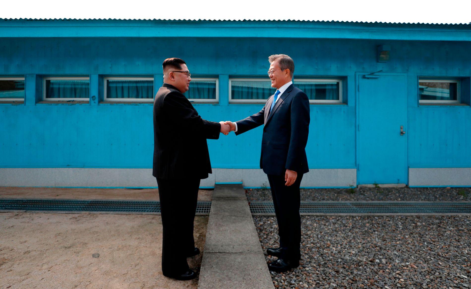 HÅNDTRYKK PÅ GRENSEN: Fredag møttes Nord-Koreas leder Kim Jong-un Sør-Koreas president Moon Jae-in og lovet å jobbe for atomnedrustning på Koreahalvøya.