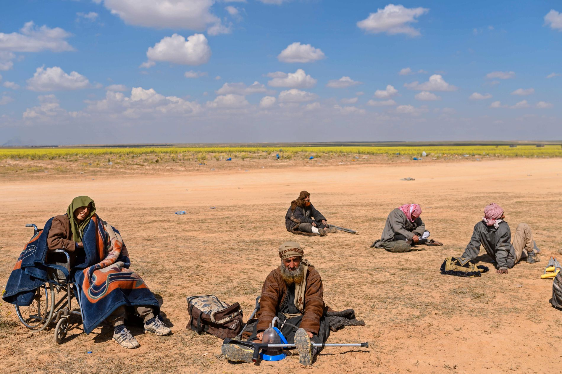 SKADEDE OG FERDIGE: Antatte IS-krigere som overga seg nylig til SDF i ørkenen sørøst i Syria.