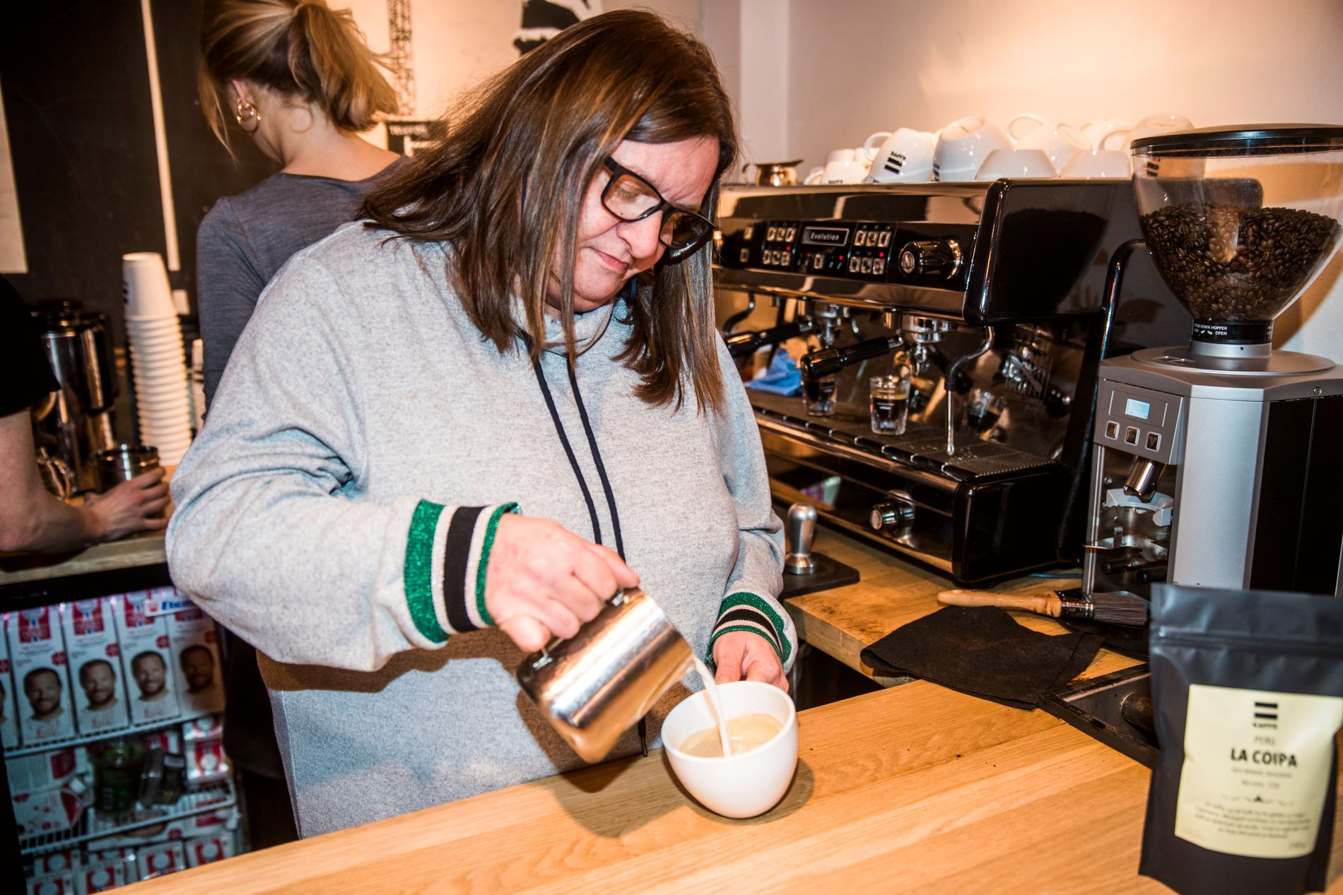 KAFFENERD: Anniken viser hvordan man lager en bladformasjon i melkeskummen. Hun har lært seg masse om kaffe det siste årene, og betegner seg selv som en «kaffenerd».