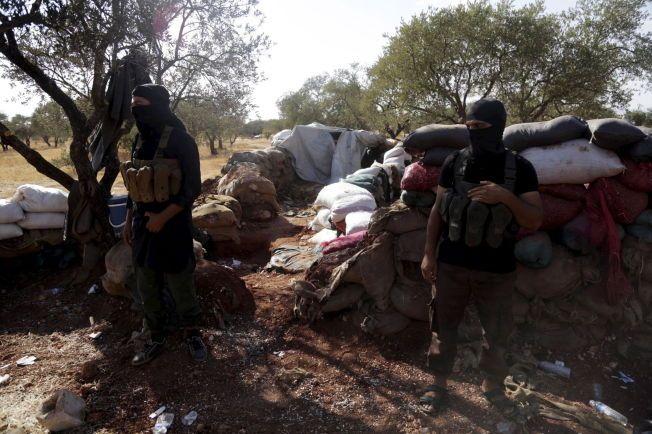 VED FRONTEN: Medlemmer av al Qaids Nusra-front nær to sjiamuslimske landsbyer i det nordvestlige Syria.