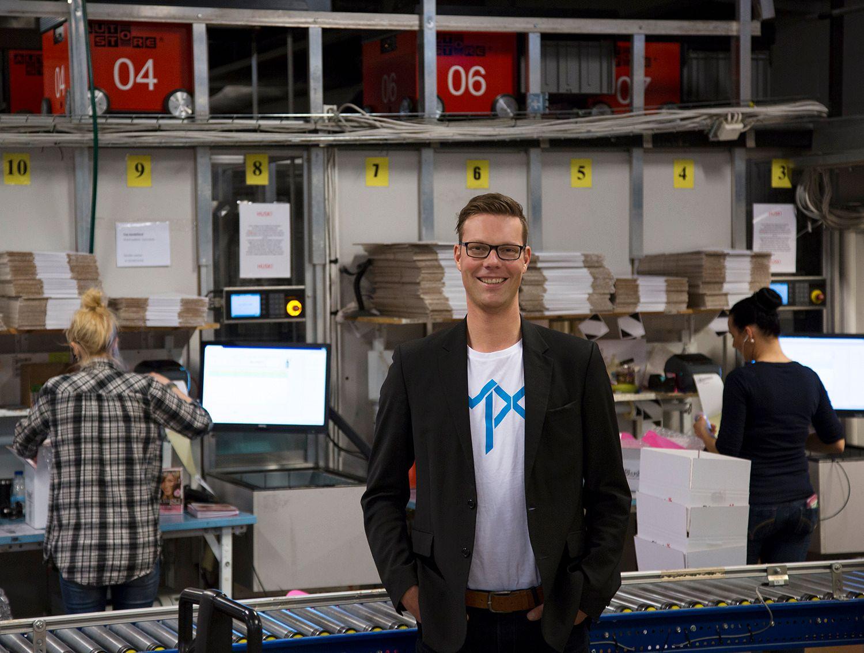 ALT KAN LEIES: Morgan Lunde, ansvarlig for finansiering og leie i MPX, står foran selskapets massive robotlager. Alle produktene selskapet selger, kan også leies.