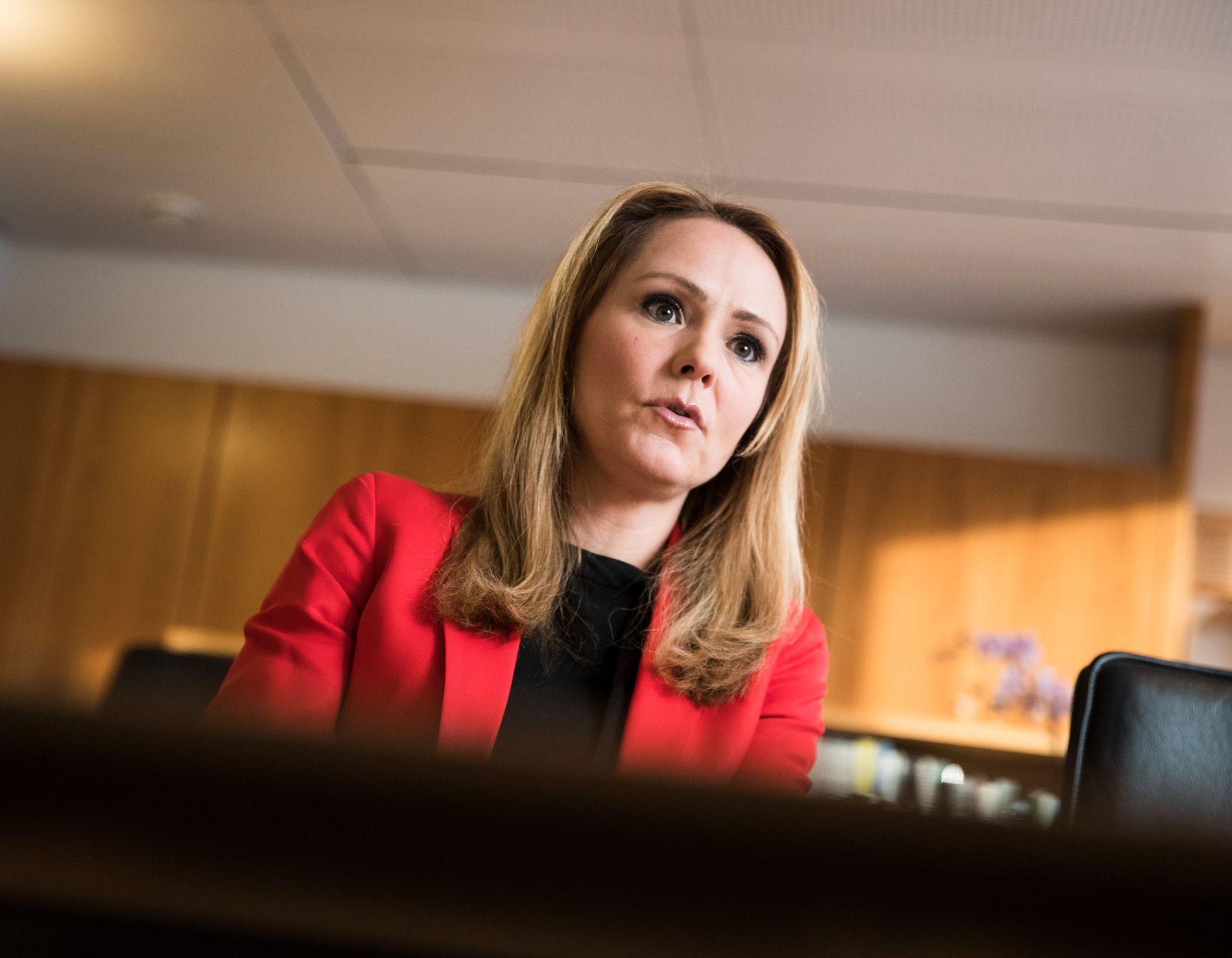 RETTSSIKKERHET: Stortingspolitikere krever at barneminister, Linda Hofstad Helleland (H), svarer på spørsmål om hvordan hun skal sikre at fosterbarna får det minste antall tilsynsbesøk de har krav på.