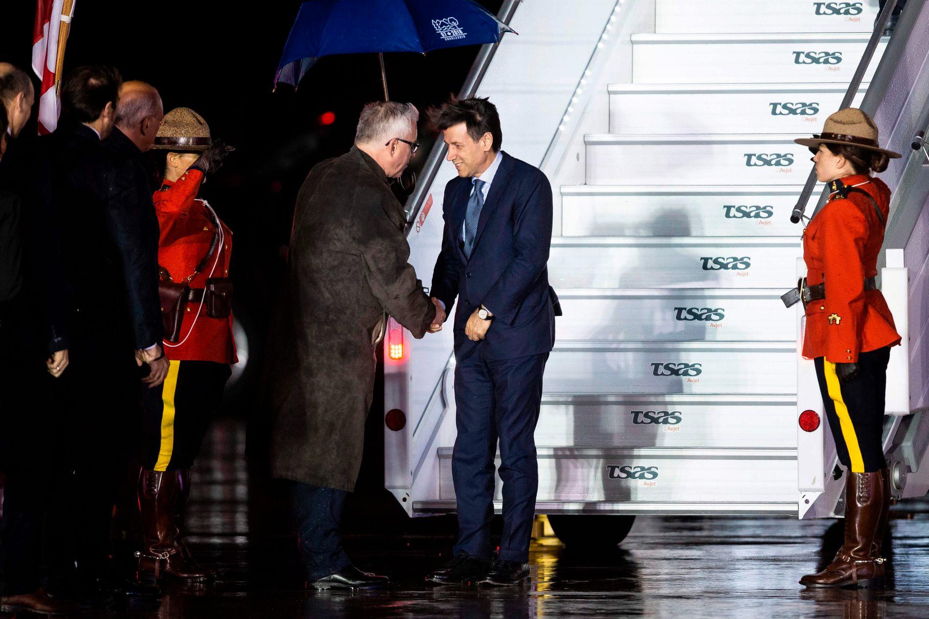 SPENT: Italias ferske statsminister Giuseppe Conte blir tatt imot når han ankommer Canada for sitt første G7-møte. det er knyttet stor spenning til hvordan han vil forholde seg til sakene som tas opp.