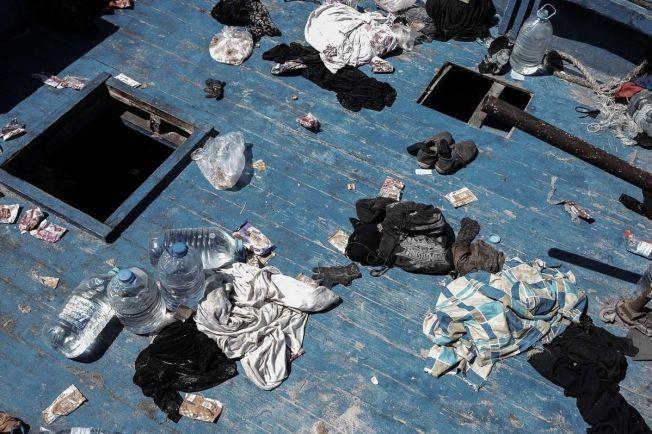 GJENLATT: Eiendeler som båtflykningene lot ligge igjen i trebåtene da de ble reddet. Norske Sebastisan Stein forteller at folk som satt tettpakket nede i motorrommet kom opp fra lukene da de ble reddet.