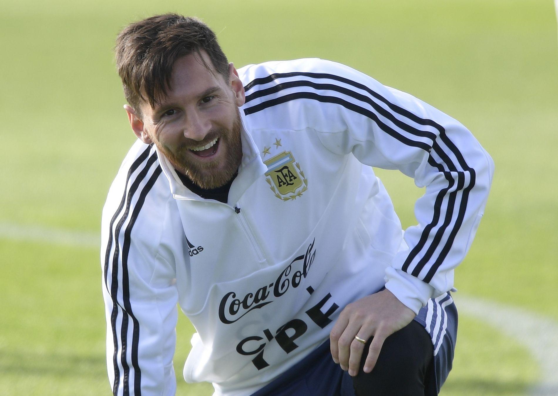 MÅ VÆRE HOT MOT ISLAND: Lionel Messi, her på trening på russisk jord i forkant av kampen mot Island, er under stort press om å prestere.
