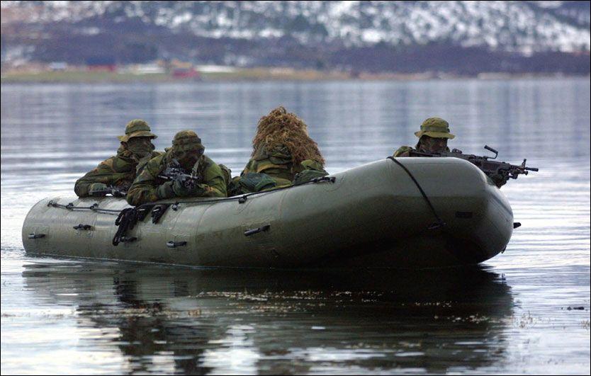FLYTTES: Sjøforsvarets eliteenhet, Marinejegerkommandoen, i aksjon under en øvelse i Oslofjorden. Nå vil Forsvarssjefen flytte dem på land. Foto: SCANPIX