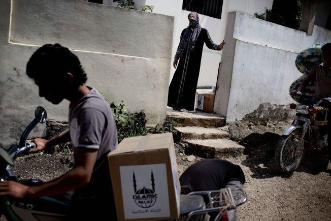 LIBANON: Organisasjonen Islamic Relief deler ut de mest nødvendige artikler til nylig ankomne syriske flyktninger i Libanon. Tepper, bleier og madrasser deles ut.