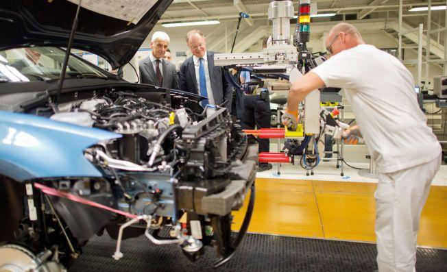 INSPISERER: Her inspiserer Volkswagens styreformann, Matthias Müller og delstatstatsminister Stephan Weil, en VW Golf på samlebåndet i bilbyen Wolfsburg.