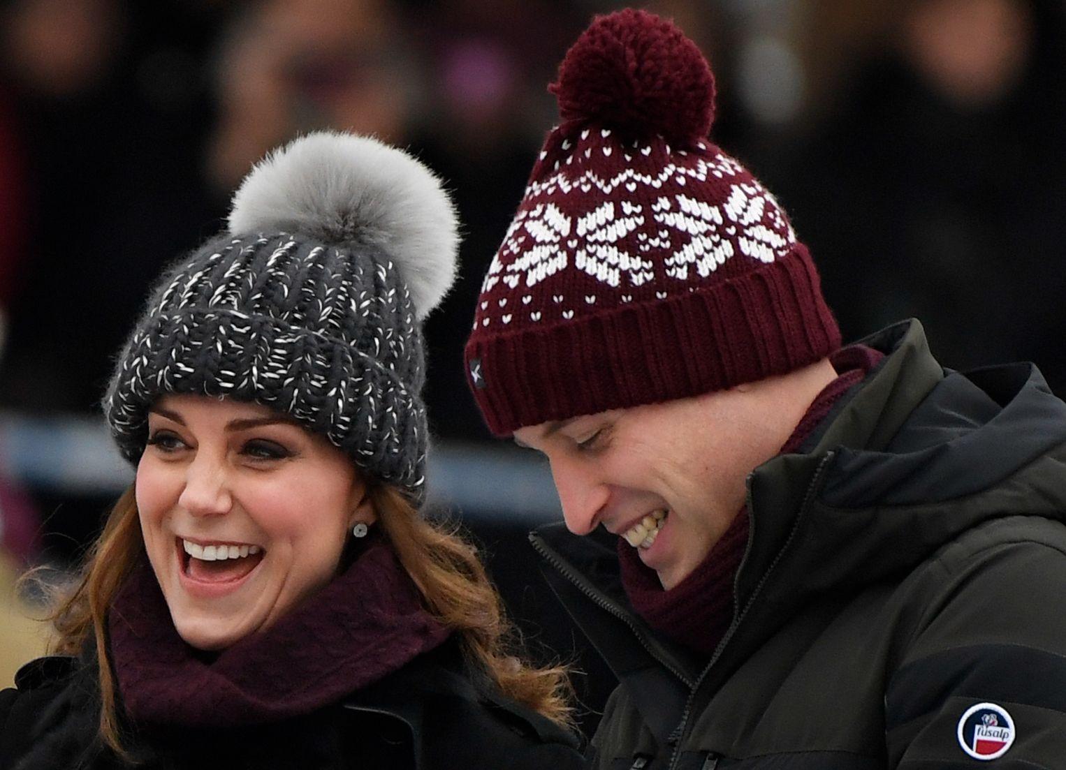 KATE MED LUA: Det britiske hertugparet William og Kate har sjarmert svenskene med ujålete toppluer og Fjällräven-antrekk.