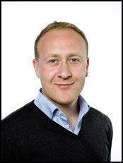 ADVARER: Kommunikasjonssjef Øyvind Vederhus i NetCom sier at kundene deres må være obs på at det er ganske mye dyrere å bruke mobilen i utlandet enn her hjemme. Foto: NetCom