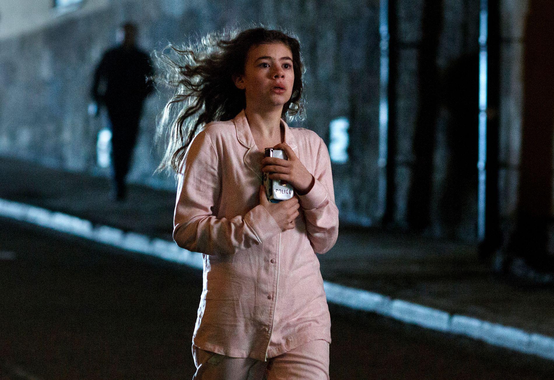 SPENNING: Esmeralda Struwe i rollen som Stina Vik, her forfulgt av en mystisk mann i «Modus».