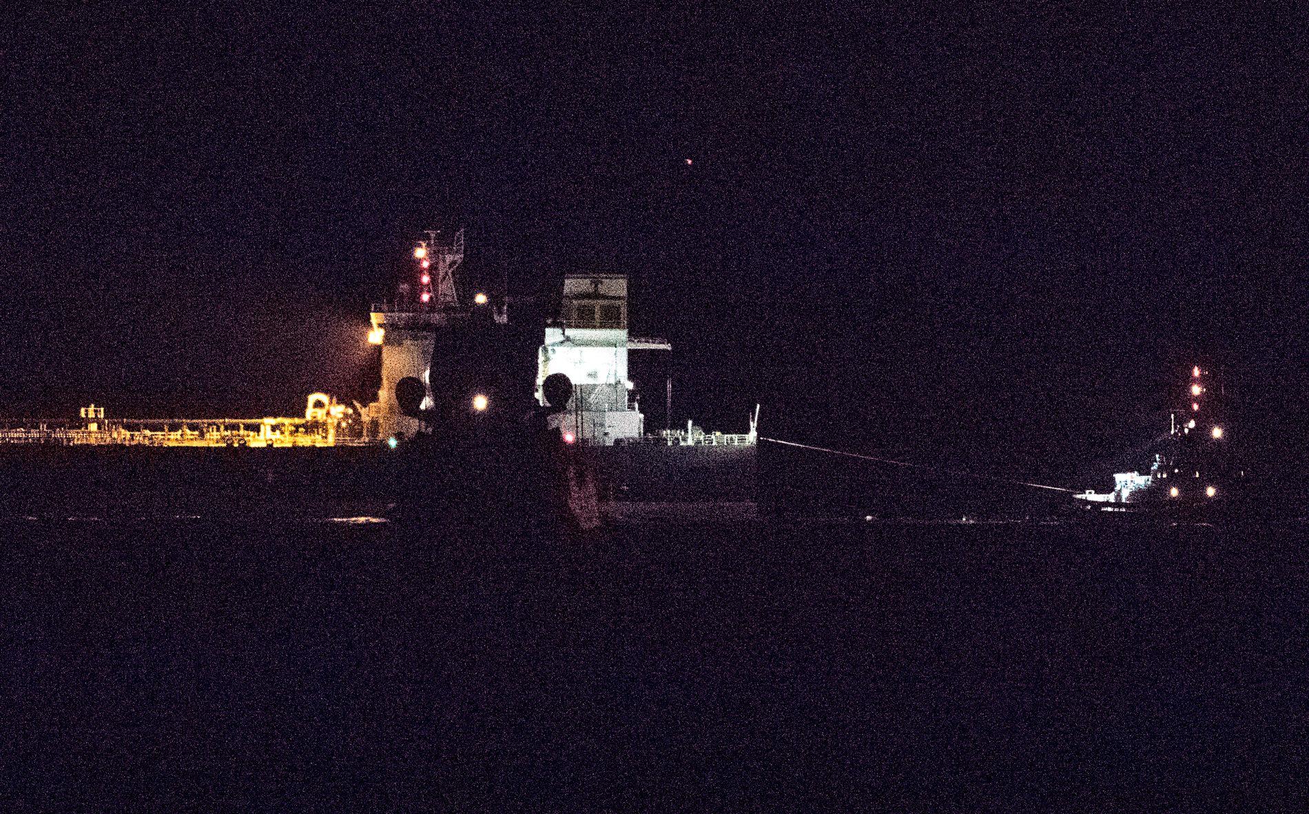 GIKK SKADEFRITT: De to fartøyene KNM «Roald Amundsen» og «Sola TS» passerte hverandre på trygg avstand da de gjennomførte en observasjonsseilas natt til tirsdag.