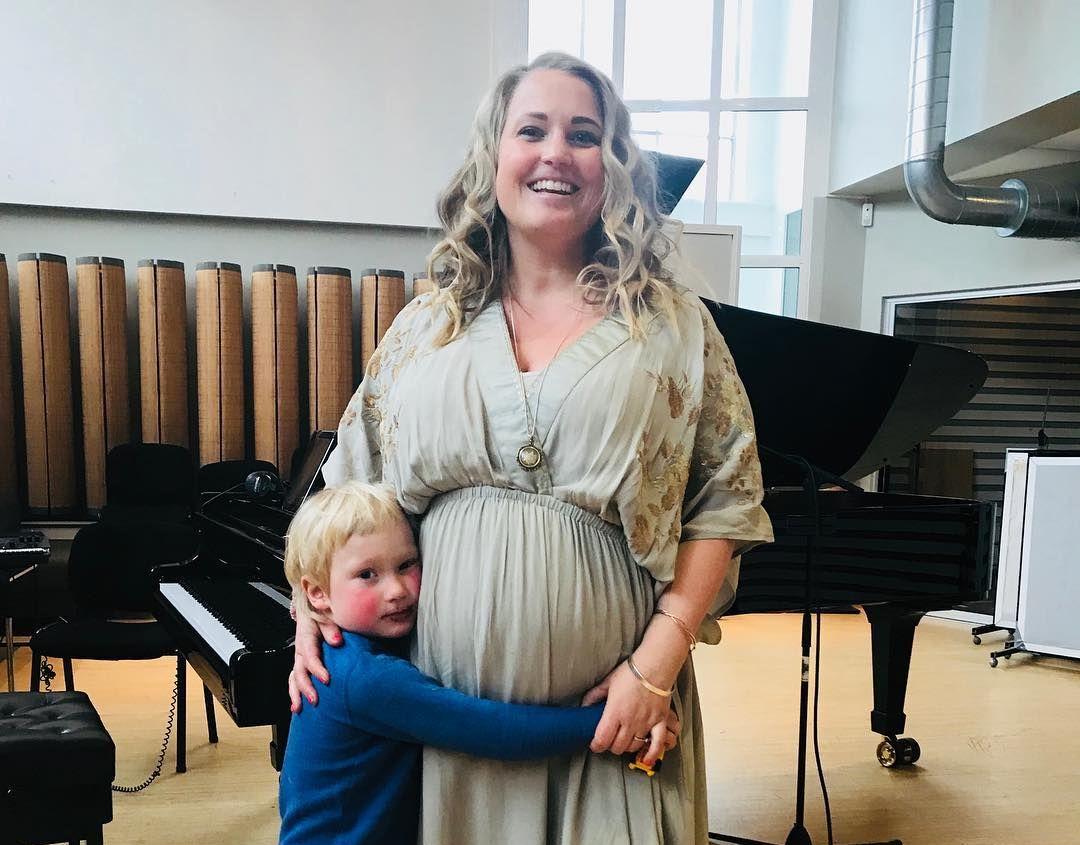 Gravid: Sangerinnen Helene Bøksle venter barn igjen. Her er hun sammen med sin eldste sønn, Emil- Anker.