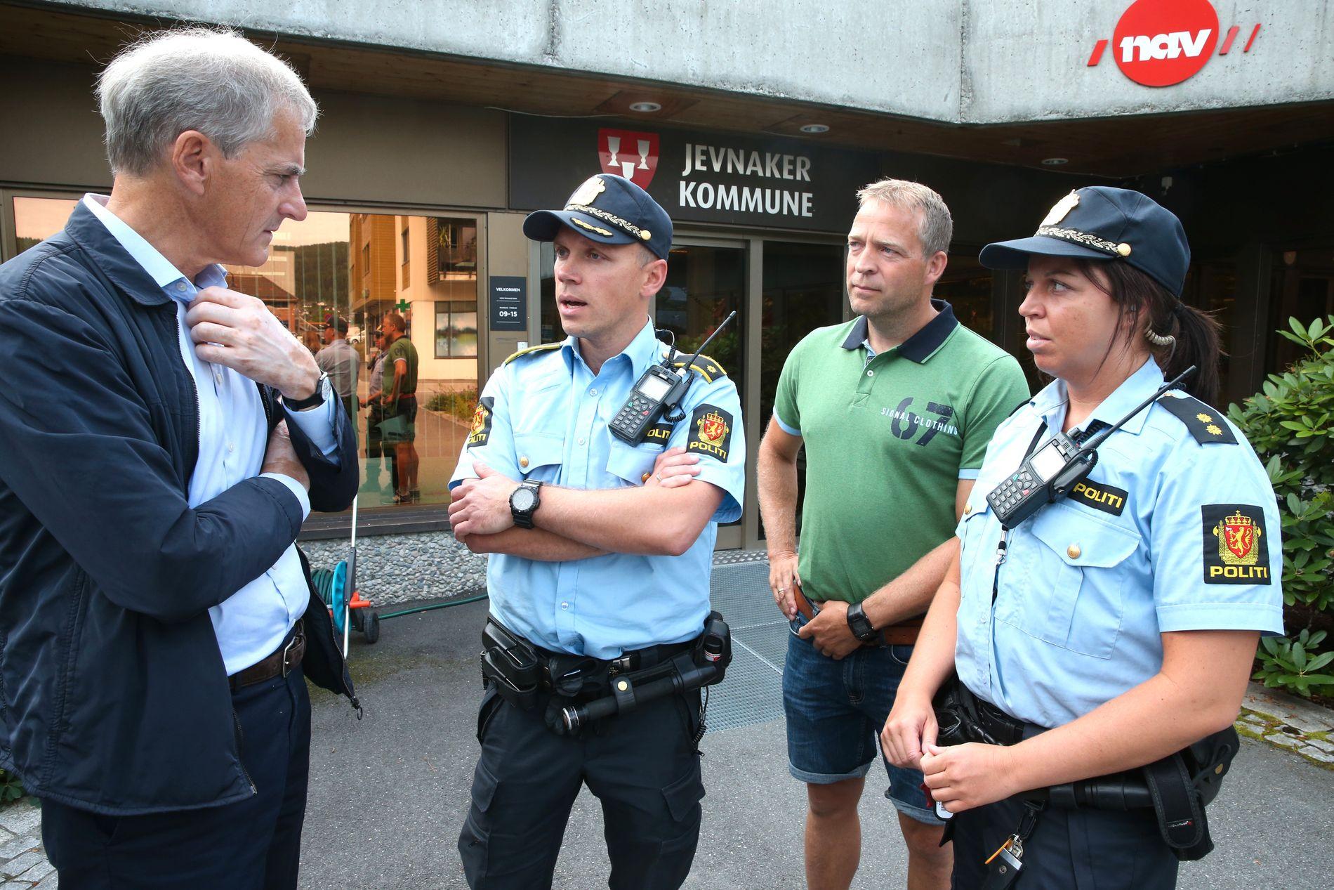 TRAKK STØTTEN: Ap-leder Jonas Gahr Støre møtte forrige uke politimann og ordførerkandidat i Jevnaker Morten Lafton (i grønn skjorte), og kollegene Verner Svendsen og Karoline Moe som har Hønefoss som tjenestested.