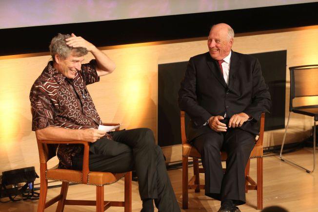 GODT HUMØR: Kong Harald fikk publikum til å le flere ganger mens han ble intervjuet. Her sammen med daglig leder i Regnskogfondet Dag Hareide.