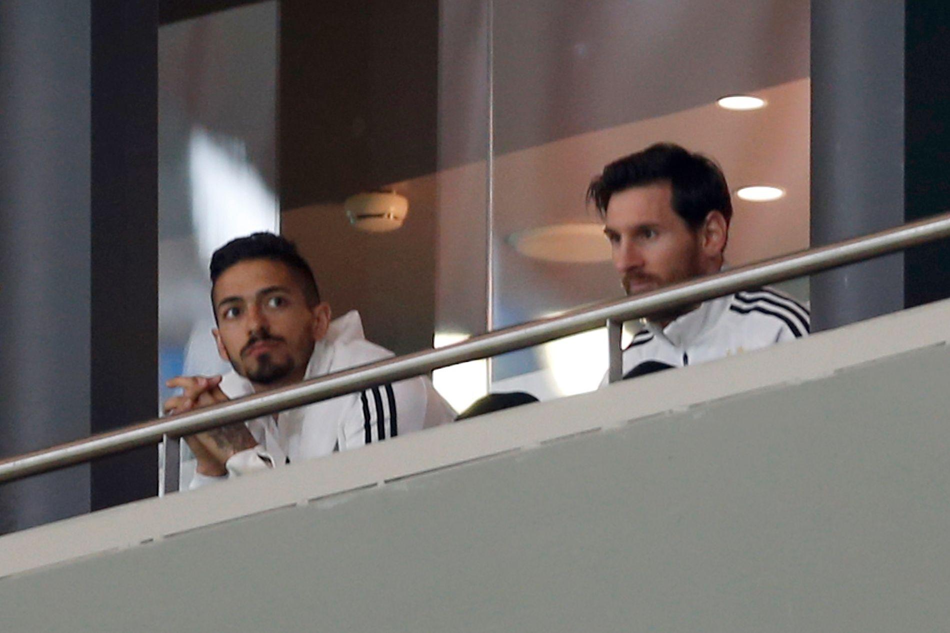 TILSKUER: Fra tribunen måtte Lionel Messi (til høyre) måtte nøye seg med tribuneplass da han Argentina fikk bank i Madrid.