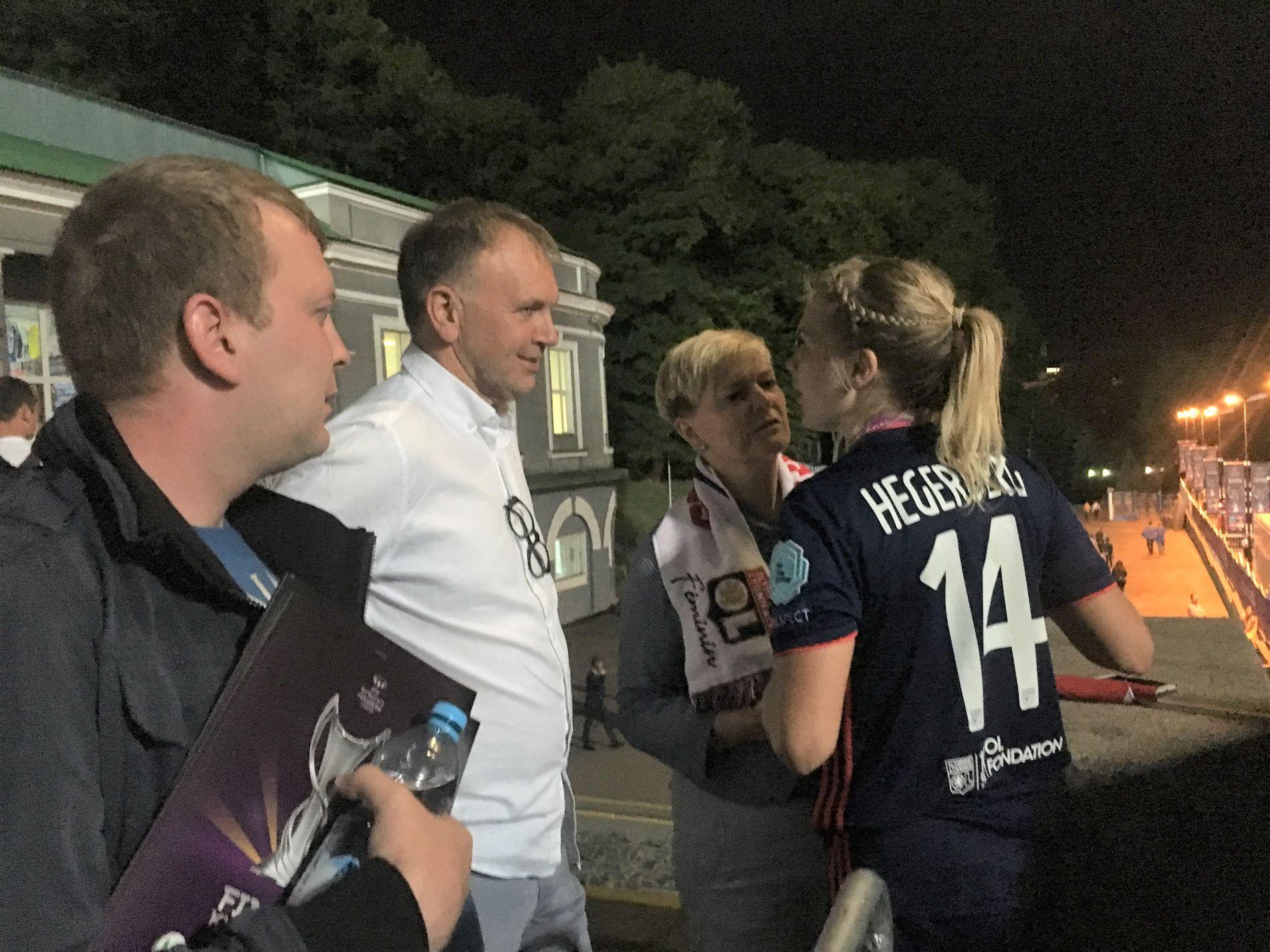 TAKK, MAMMA OG PAPPA! Ada Hegerberg måtte bort for å si takk for støtten til mamma Gerd Stolsmo og pappa Stein Erik Hegerberg, før Lyon forlot stadion i Kiev.