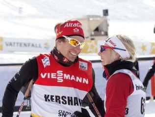 FORELSKET: Devon Kershaw gratulerer kjæresten Kristin Størmer Steira med tredjeplassen et verdenscuprenn i Davos i 2013.