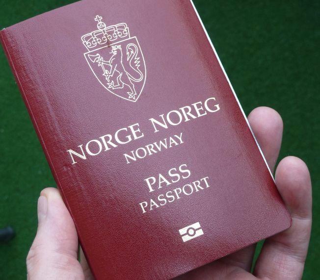 NORSK PASS: Snart kan du kanskje beholde det norske passet, men også skaffe et utenlandsk. Illustrasjonsfoto.