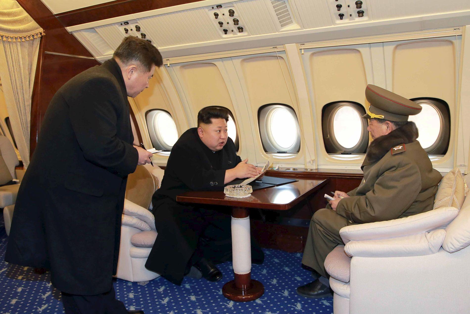 HØYTFLYGENDE: Her er Nord-Koreas president Kim Jong-un i samtaler med kommunistparti-toppen Hwang Pyong So (til høyre) i 2015 i det den gang nyoppussede presidentflyet.