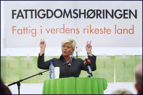 IKKE FORNØYD: Siv Jensen mener folk må tjene nok enten det de lever av heter lønn eller trygd. Hun mener de rødgrønne kun prater, em ikke leverer på fattigdomspolitikk. Foto: Scanpix