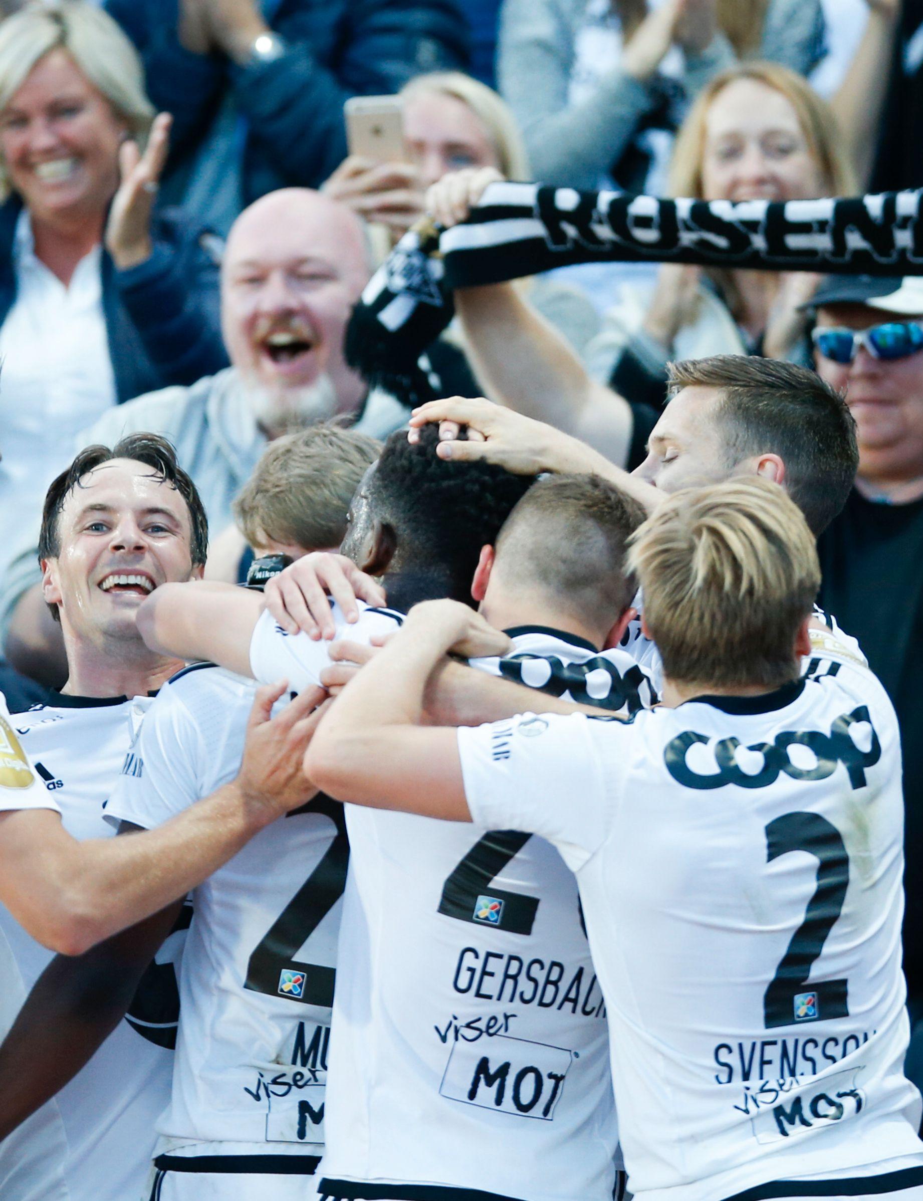 JUBEL TIL SLUTT: Målscorerene Mike Jensen og Mushaga Bakenga jubler sammen med Alexander Gersbach, Jonas Svensson og RBK-fansen på Nadderud.