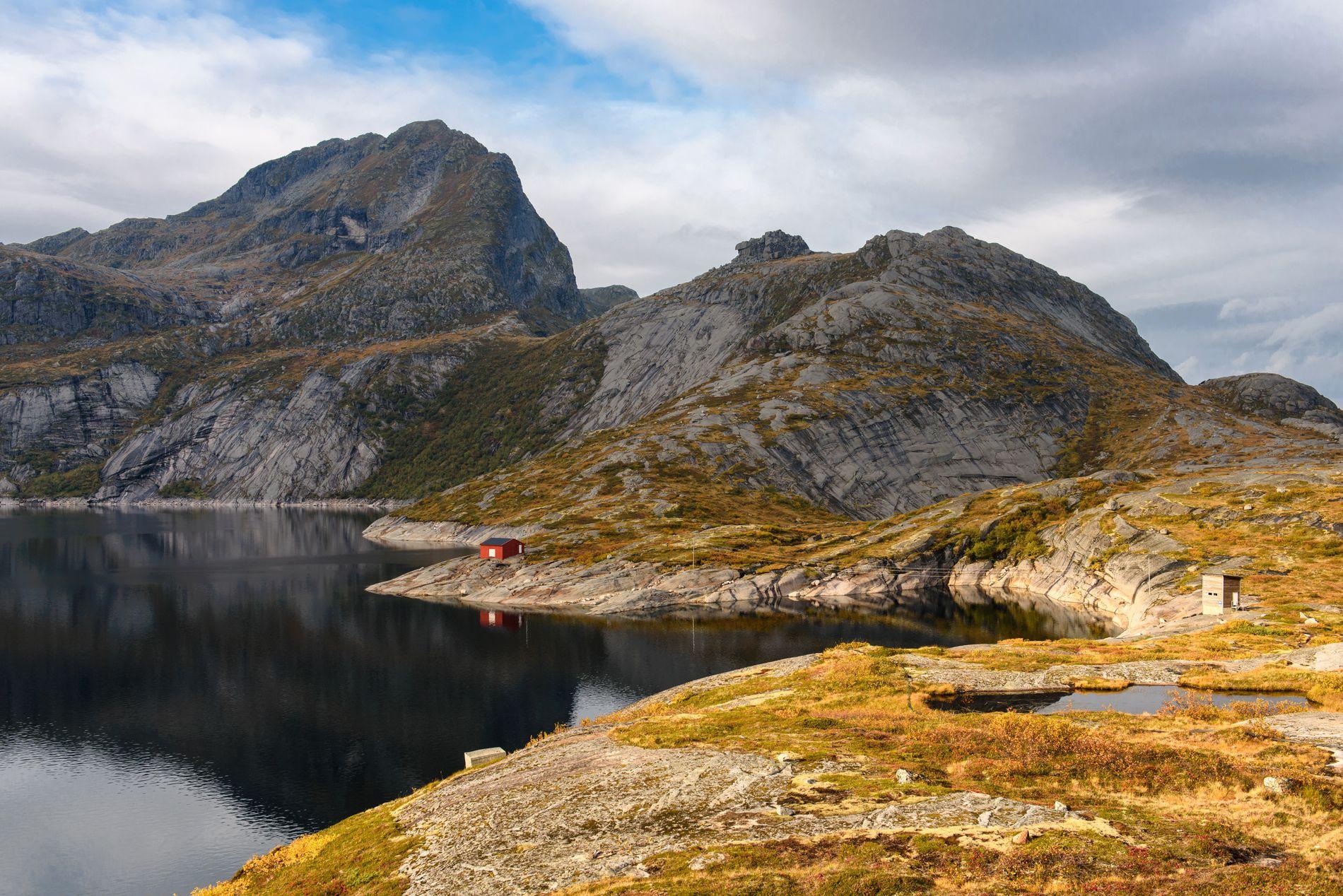 FORLOKKENDE NATUR: Fjellet Narvtinden til venstre, fjellformasjonen Tekoppstetten midt i bildet, og Solbjørnvatnet i forgrunnen.
