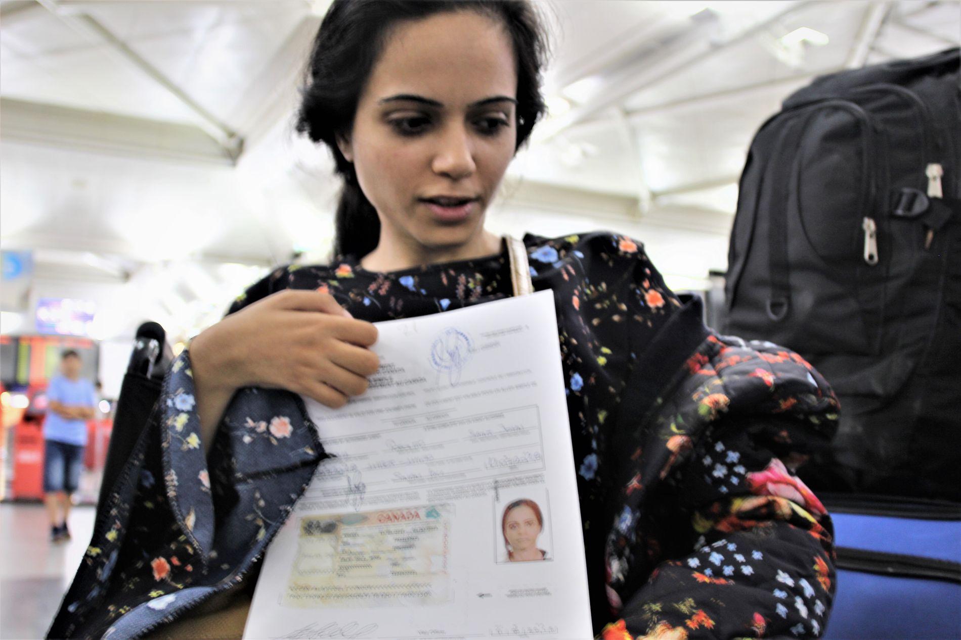 ENDELIG: Noor får utlevert beviset fra IOM på at hun har tillatelse til å dra til Canada.