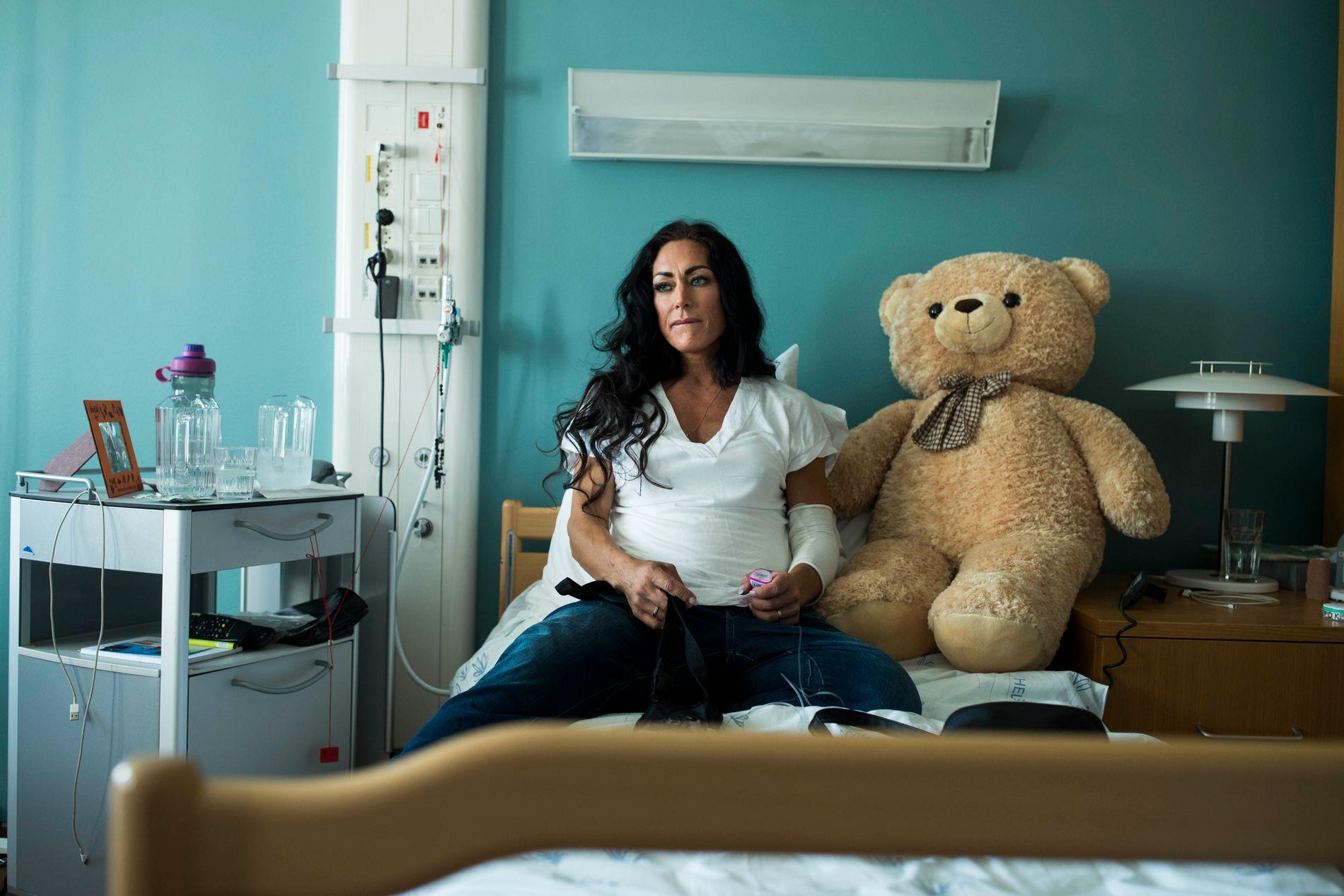 """Tidligere fitness- og styrkeløft-vinner Marthe Sundby er 42 år og er i ferd med å dø av kreft i leveren. Hun har ett siste ønske: At vi skal slutte å si """"tapte kampen mot kreften"""". VG møtte henne på Ahus sykehus."""