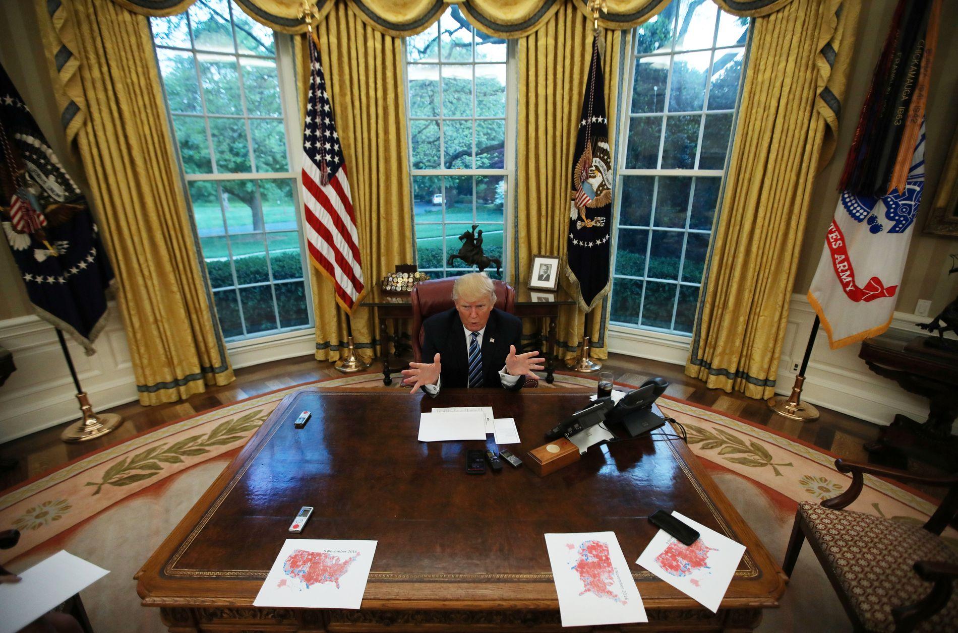 PRESIDENTEN: Dondald Trump bak skrivebordet i det ovale kontor.