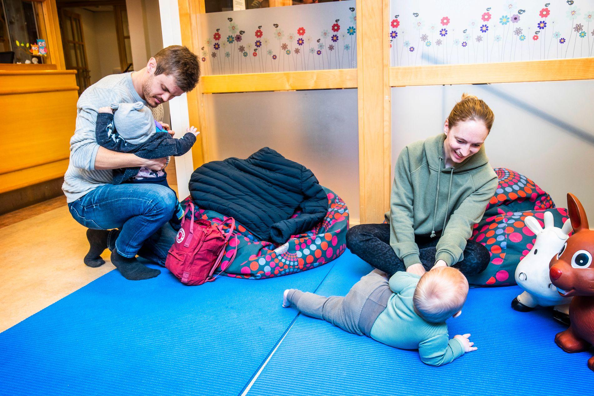PÅ VENTEROMMET: Hverken Bjørn Tore Hellesøy (pappaen til Vilja) eller Malin Torp (mammaen til Amund) har vært i tvil om at barna skal vaksineres. Her venter de på Sagene helsestasjon i Oslo etter å ha fått vaksine.