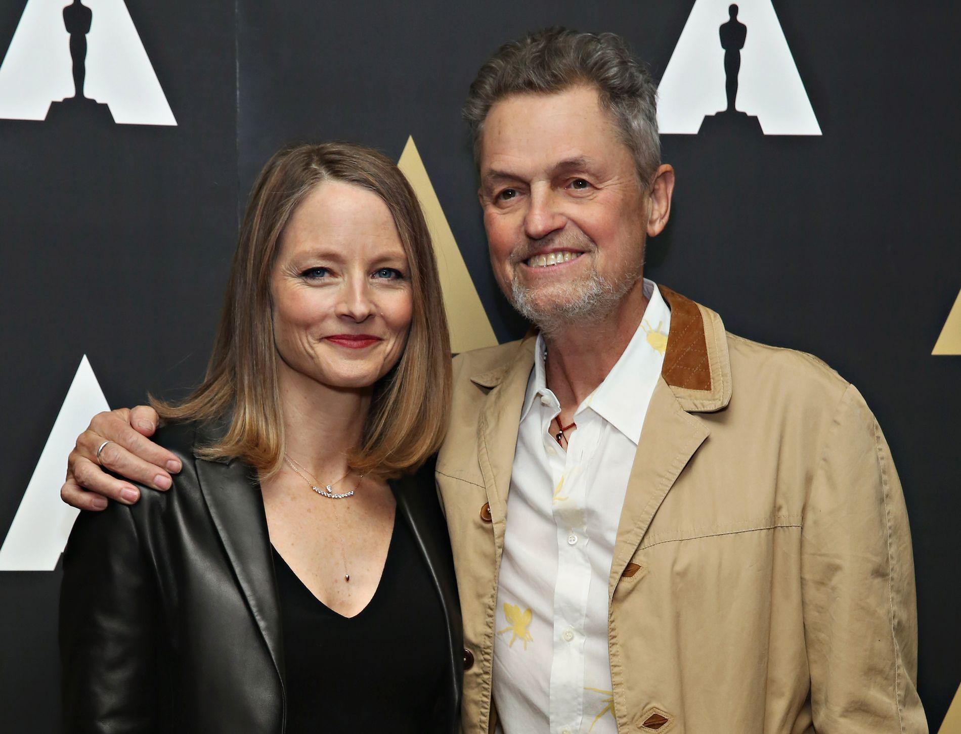 OSCARVINNER: Stjerneregissøren Jonathan Demme døde onsdag morgen, lokal tid. Her avbildet i fjor, sammen med Jodie Foster som spilte hovedrollen i hans mest kjente film.