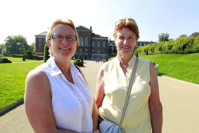 GLADE: Sue Fullgrave (t.v.) og Kathleen Lattimore gleder seg over nyheten fra slottet bak dem.
