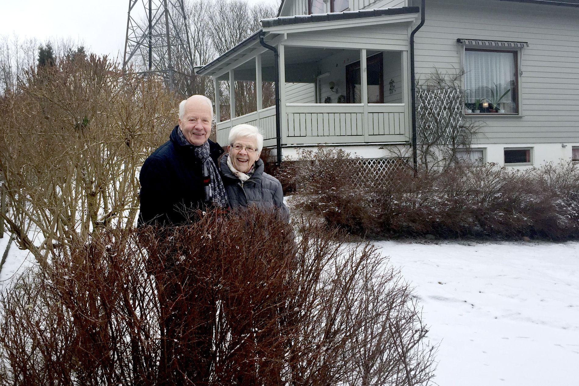 HELDIG: Elly Sjuls (89) sier hun er heldig som får hjelp av Tore Gran (72) til å klippe plenen, hekker og trær om sommeren. Da stiller han opp hver 14. dag. Snømåking har det av naturlige grunner ikke blitt så mye av denne vinteren.