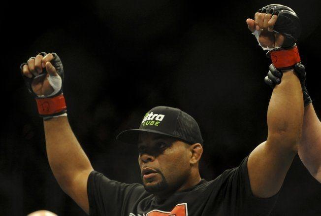 UBESEIRET: Daniel Cormier har vunnet alle sine 15 MMA-kamper. Nå øyner han en tittelkamp i lett tungvekt etter to imponerende forestillinger siden han gikk ned fra tungvekt. Foto: Reuters