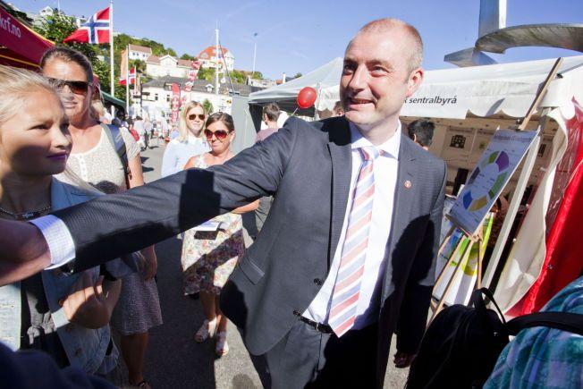 PÅ VELGERJAKT: Arbeids- og sosialminister Robert Eriksson har drevet valgkamp i Arendal de siste dagene.