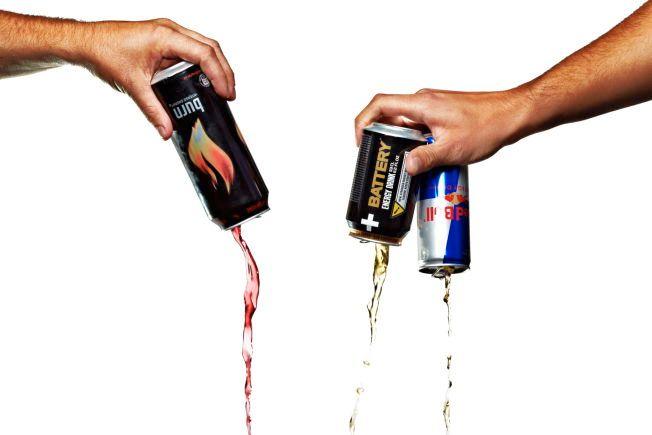 FOR MYE: Forbrukerrådet mener alt for mange barn og unge heller i seg energidrikker. I en fersk undersøkelse svarer en av 10 mellom 13 og 18 år at de drikker dette tre til seks ganger i uken.
