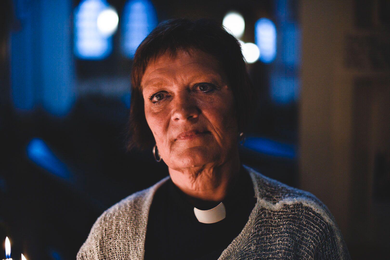 PREGET: Prest Ingrid Holmström Pavaal ledet minnegudstjenesten i Umeå mandag kveld.