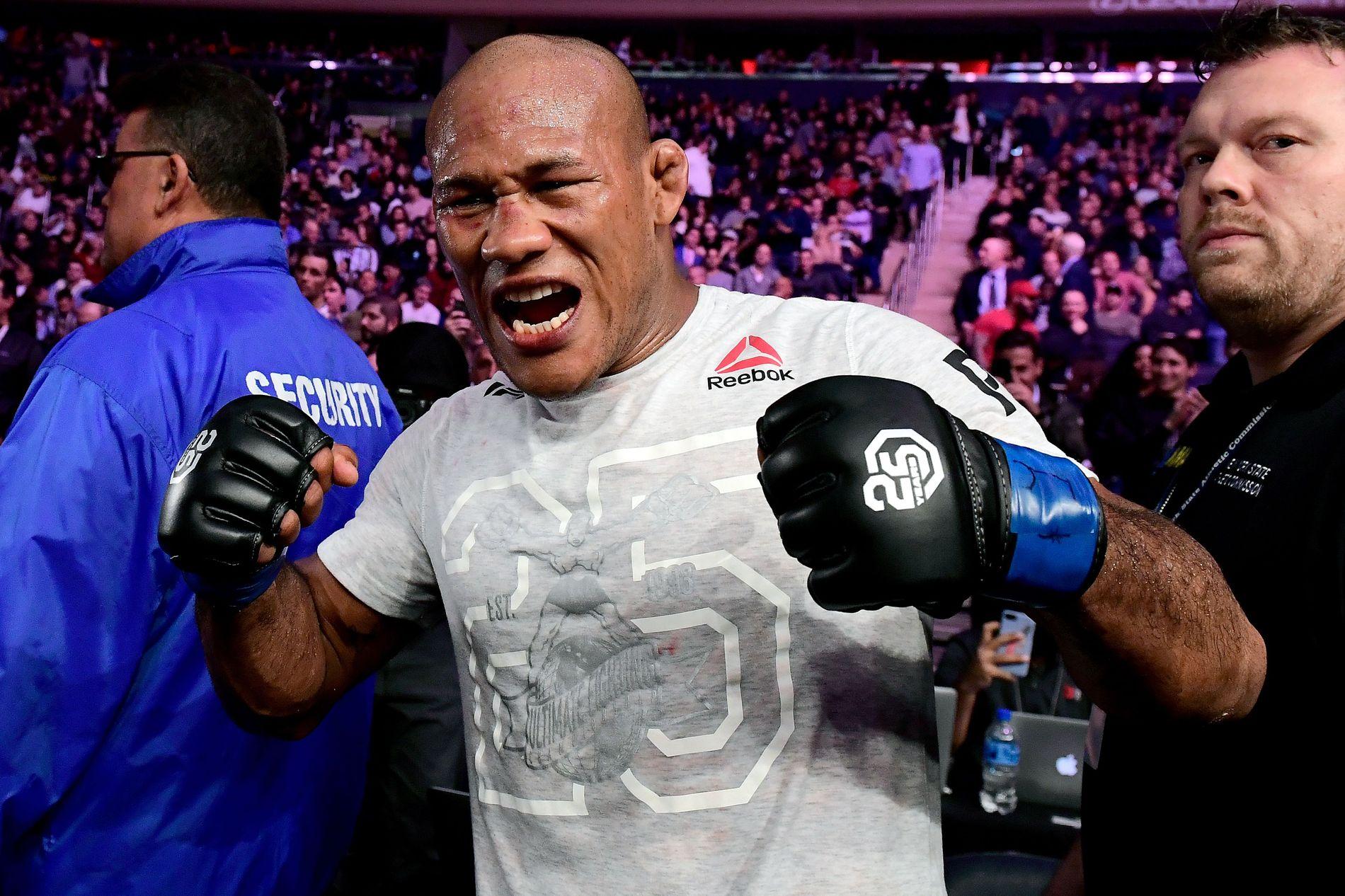 TØFFING: Jacare Souza feirer knockoutseieren mot Chris Weidman i New York i november.