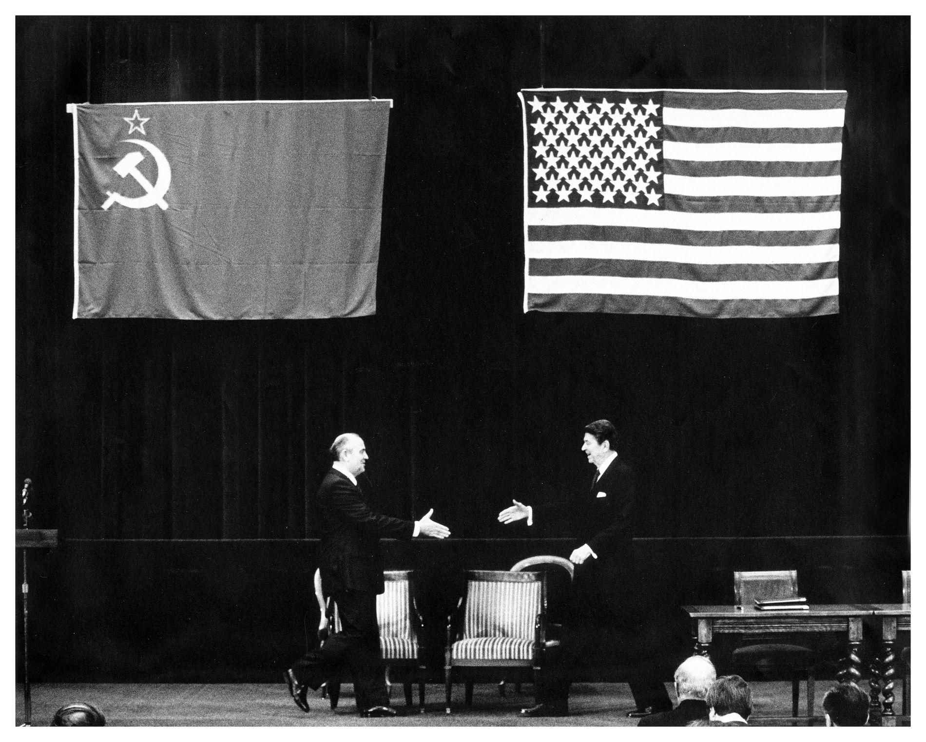 ATOMTRUSSEL: Både Reagan og Gorbatsjov var innsilt på å fjerne trusselen om atomkrigen da de møttes i Geneve i 1985. Dette bildet er tatt av VG-fotograf Dag Bæverfjord under det historiske møtet.