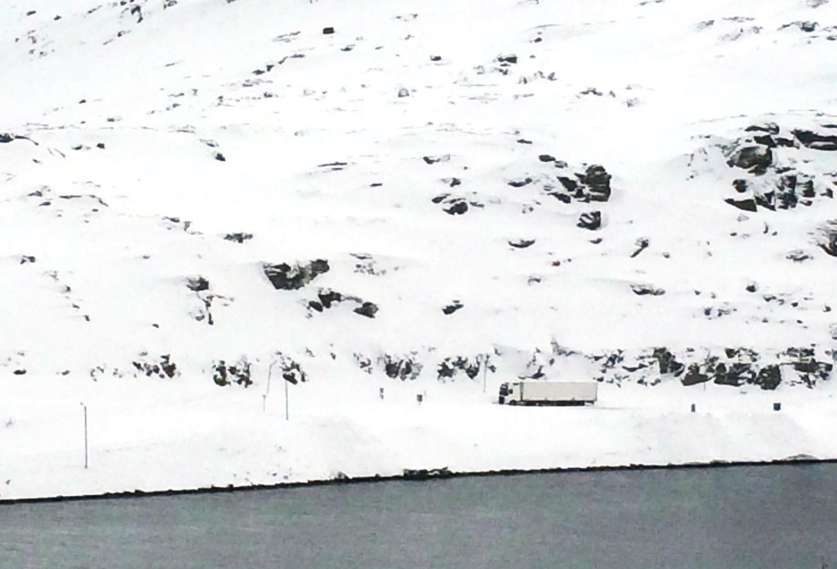 SKREDFAST: Den hvite traileren har stått ved bommen på veien som leder ut av Havøysund i Finnmark i fem dager.