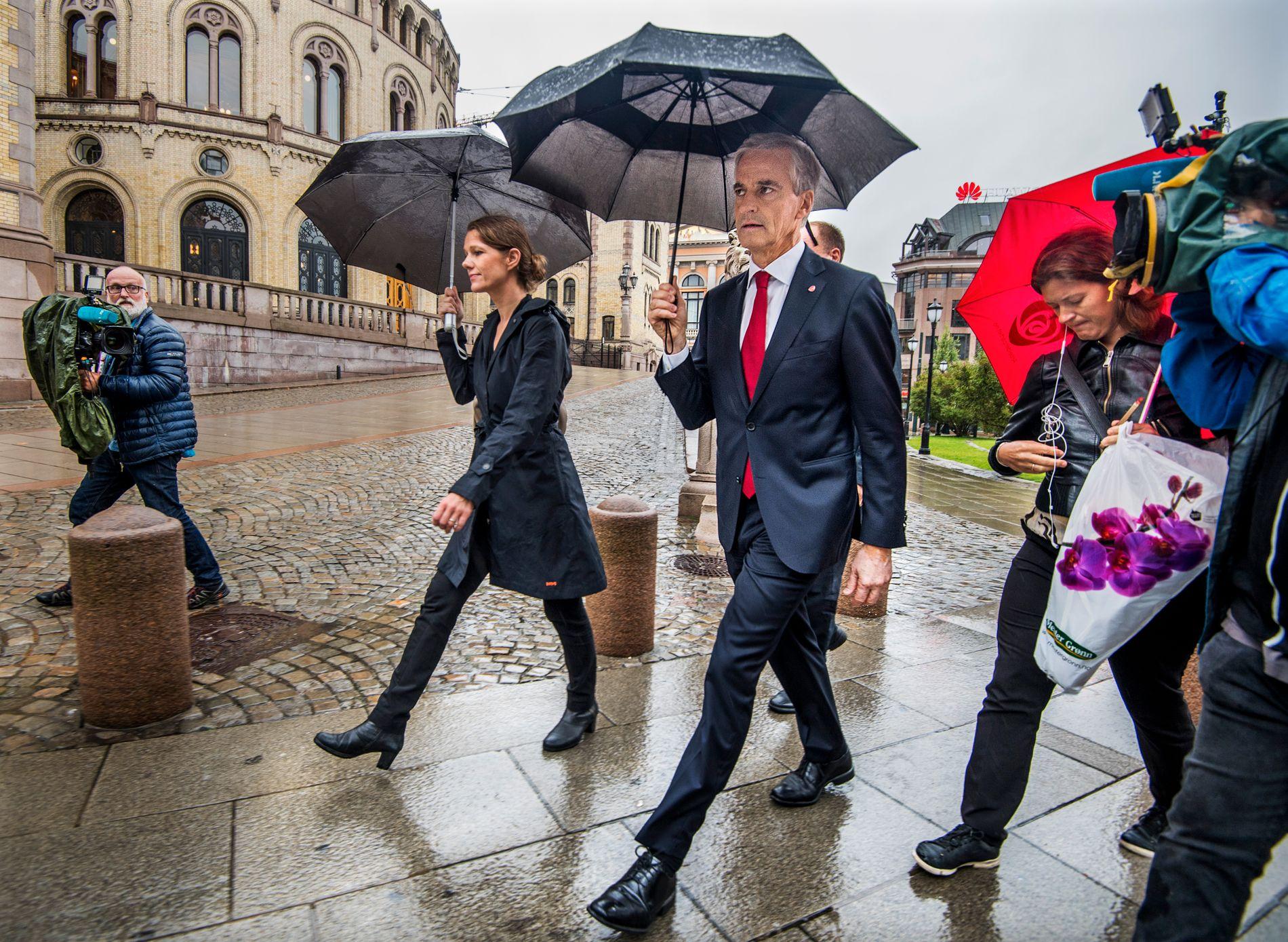 DUELLERER: Jonas Gahr Støre og hans rådgivere Camilla Ryste (bak) og Astrid Huitfeldt (til høyre) går fra en duell mot statsminister Erna Solberg (H) hos Dagbladet på Eidsvolls plass i Oslo onsdag ettermiddag.