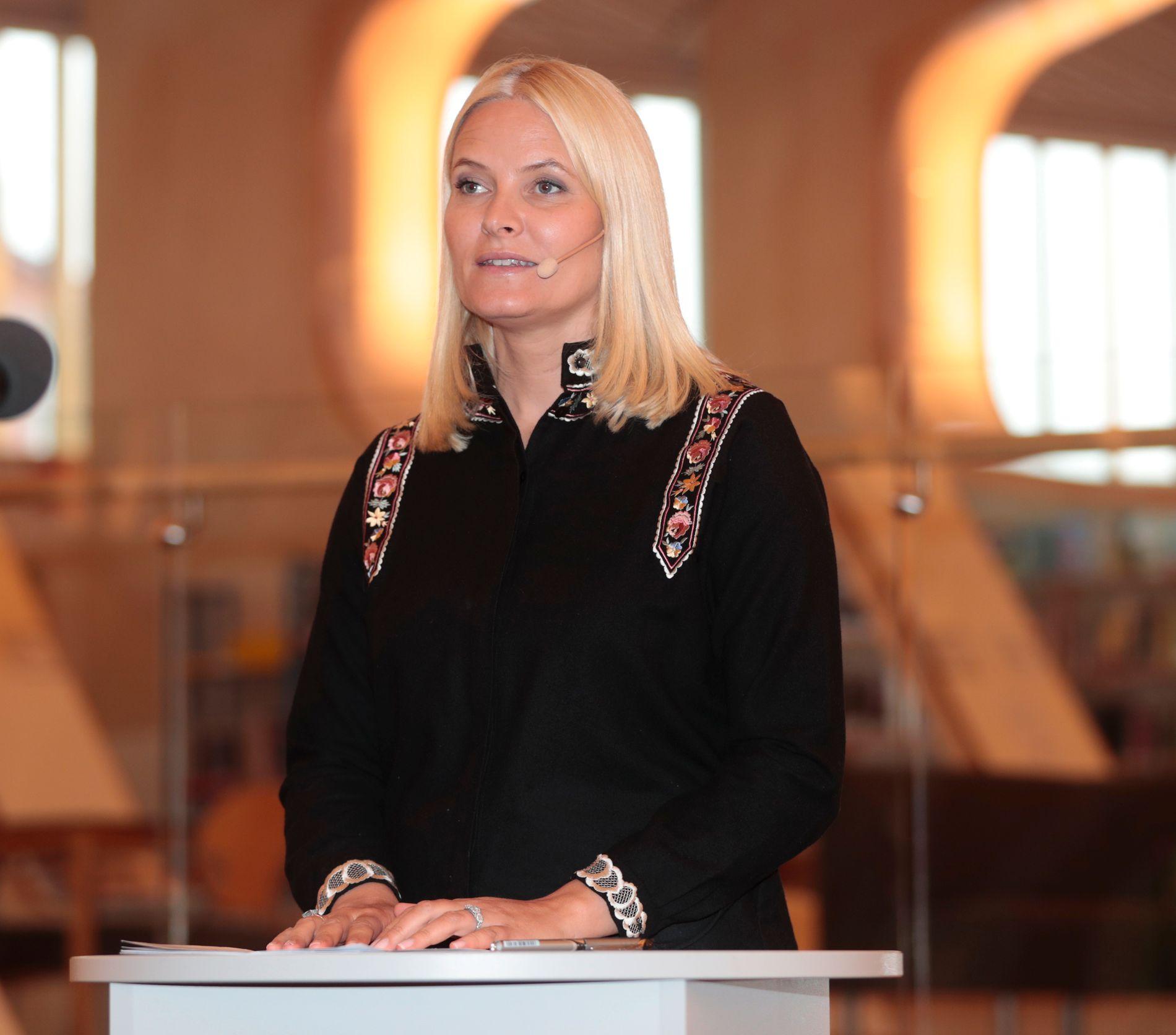 ENGASJERT LESER: Kronprinsesse Mette-Marits opplevelse av Wencke Mühleisens brevroman «All gjeldende fornuft» fortalte hun om i Vennesla fredag.
