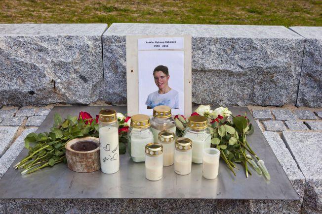 MINNES KOMPISEN; Elevene ved Mandal VGS har satt opp et minnested for sin avdøde kamerat Joakim Ophaug Røksland.